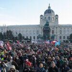 コロナ規制反対デモ、オーストリアで1万人 「死者数?くだらない。国を権利のない中国にしたいのか」