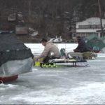 氷上ワカサギ釣りにぎわう 冷え込みで全面結氷 2年ぶりに全面解禁 釣り人「大きいの釣れてる」