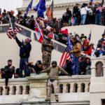 議事堂に乱入したトランプ支持者に襲撃された警官、死亡