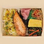 ファミマ弁当容器を紙製にする 炙り焼鮭弁当360円発売(画像あり)
