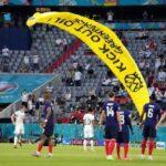 グリーンピースの活動家、パラシュートでサッカー欧州選手権のフィールドに落下 数人が巻き込まれ負傷