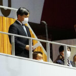 菅、小池 天皇陛下が開会宣言しているのに呑気に座ったままwww  [668024367]