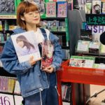 BiSHのチッチさん AKB48矢作萌夏と乃木坂46与田祐希の写真集を抱えて幸せそう
